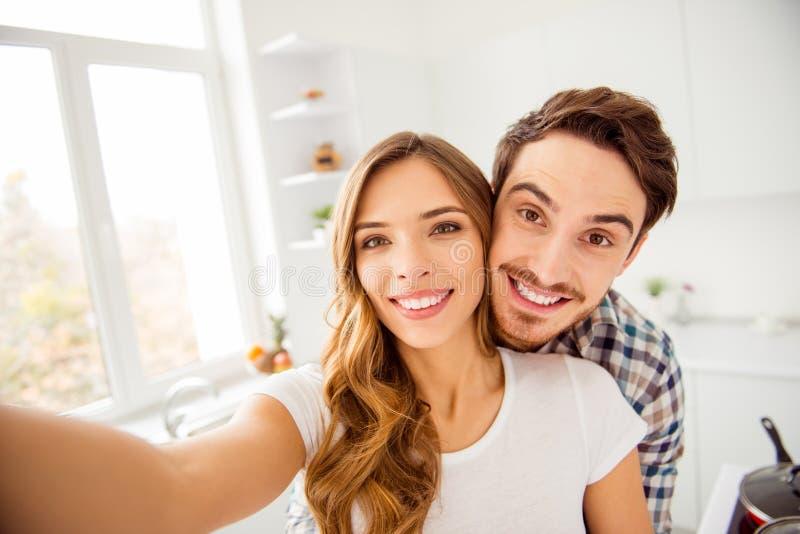 Κλείστε επάνω το όμορφο καταπληκτικό φοβιτσιάρες ζευγάρι ζευγαριού φωτογραφιών αυτός αυτός ο φαλλοκράτης του αυτή γυναικείου παντ στοκ εικόνα με δικαίωμα ελεύθερης χρήσης