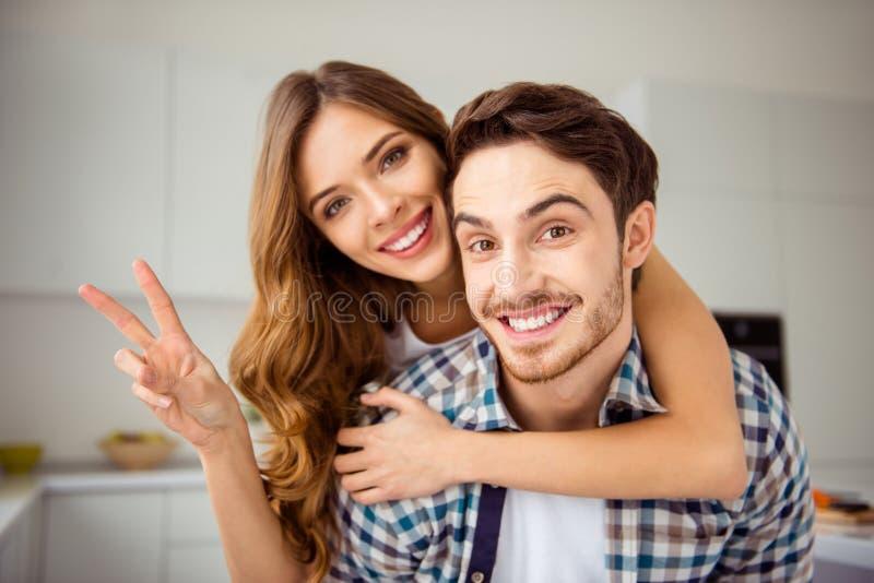 Κλείστε επάνω το όμορφο φοβιτσιάρες ζευγάρι ζευγαριού φωτογραφιών αυτός αυτός ο φαλλοκράτης του αυτή γυναικείου παντρεμένου ακριβ στοκ φωτογραφίες με δικαίωμα ελεύθερης χρήσης
