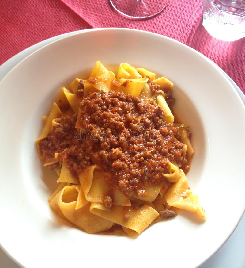 Κλείστε επάνω των αγροτικών ιταλικών από τη Μπολώνια ζυμαρικών pappardelle στη σάλτσα κρέατος στοκ φωτογραφία με δικαίωμα ελεύθερης χρήσης