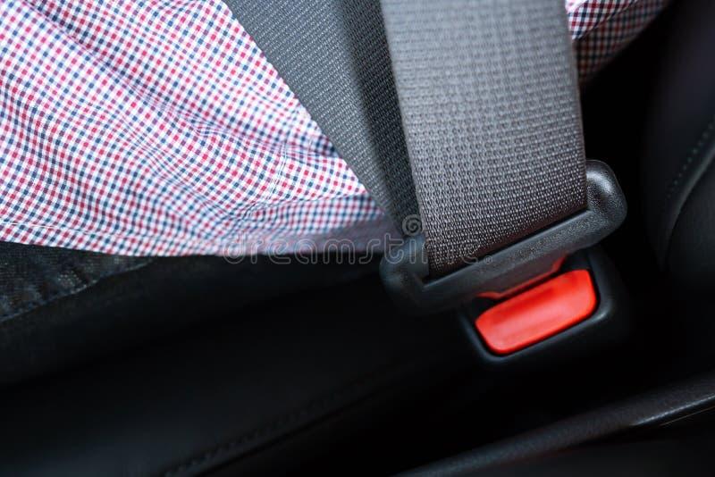 Κλείστε επάνω των ανθρώπων που στερεώνουν τη ζώνη ασφάλειας καθισμάτων στο αυτοκίνητο για την ασφάλεια πρίν οδηγεί στοκ φωτογραφία με δικαίωμα ελεύθερης χρήσης