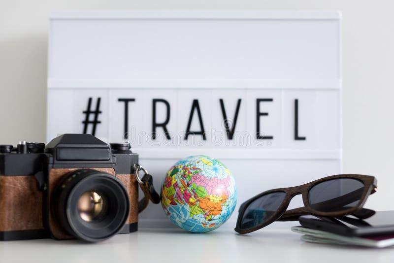 Κλείστε επάνω των αντικειμένων ταξιδιού πέρα από το αναδρομικό ελαφρύ κιβώτιο με hash ταξιδιού την ετικέττα στοκ φωτογραφίες με δικαίωμα ελεύθερης χρήσης