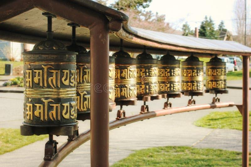 Κλείστε επάνω των βουδιστικών τυμπάνων προσευχής οδών στοκ εικόνες