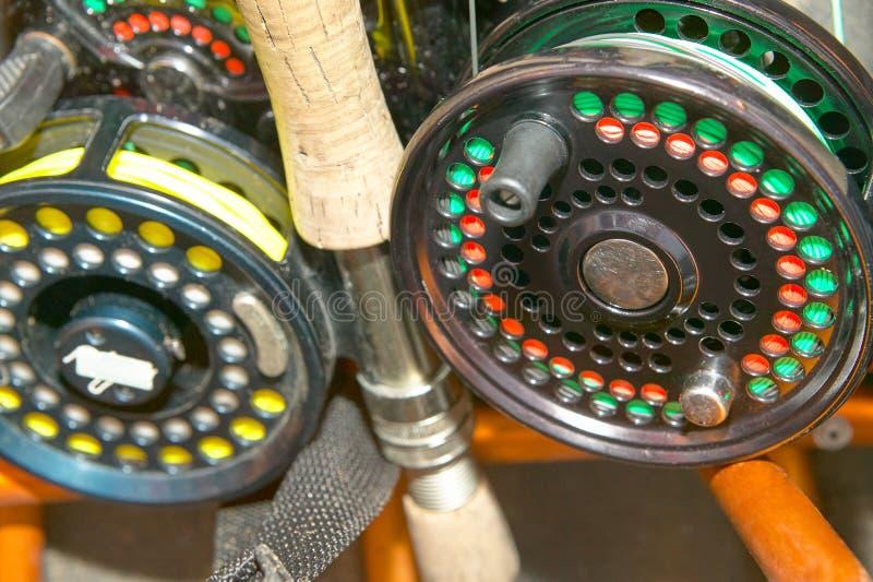 Κλείστε επάνω των εξελίκτρων, των ράβδων και της γραμμής αλιείας μυγών στοκ φωτογραφία με δικαίωμα ελεύθερης χρήσης