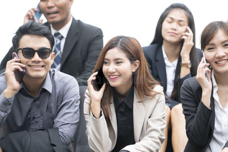 Κλείστε επάνω των επιχειρηματιών και των επιχειρηματιών χρησιμοποιώντας το smartphone στοκ φωτογραφίες