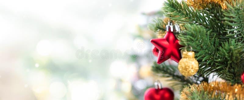 Κλείστε επάνω των ζωηρόχρωμων διακοσμήσεων στο χριστουγεννιάτικο δέντρο, πανοραμικό έμβλημα στοκ εικόνες