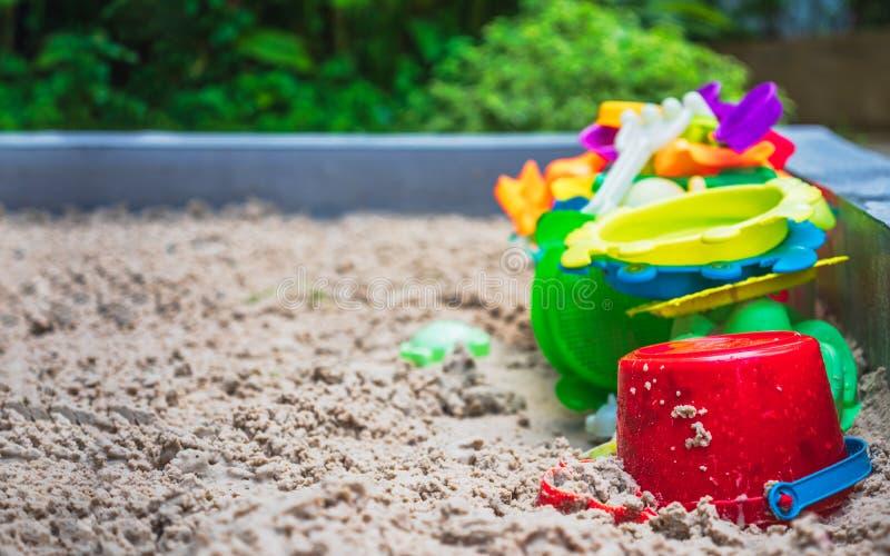 Κλείστε επάνω των ζωηρόχρωμων παιχνιδιών στην παιδική χαρά άμμου Sandbox και σύνολο πλαστικών παιχνιδιών χρώματος στοκ εικόνα με δικαίωμα ελεύθερης χρήσης