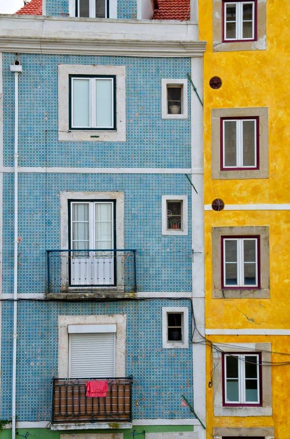 Κλείστε επάνω των ζωηρόχρωμων παλαιών σπιτιών και των παραθύρων Λισσαβώνα Πορτογαλία Κάθετο υπόβαθρο αρχιτεκτονικής φραγμών χρώμα στοκ εικόνες