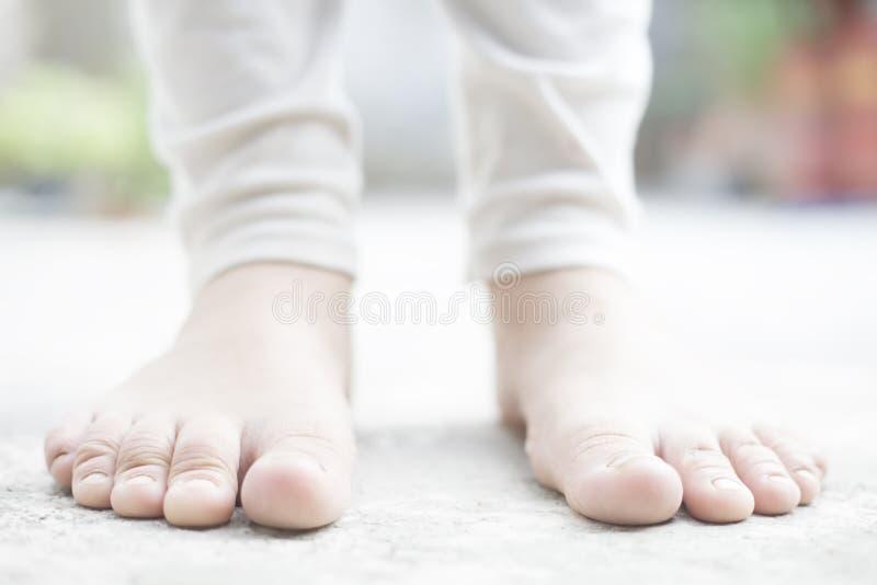 Κλείστε επάνω των θηλυκών ποδιών που φορούν τις άσπρες χρωματισμένες περικνημίδες στοκ φωτογραφία