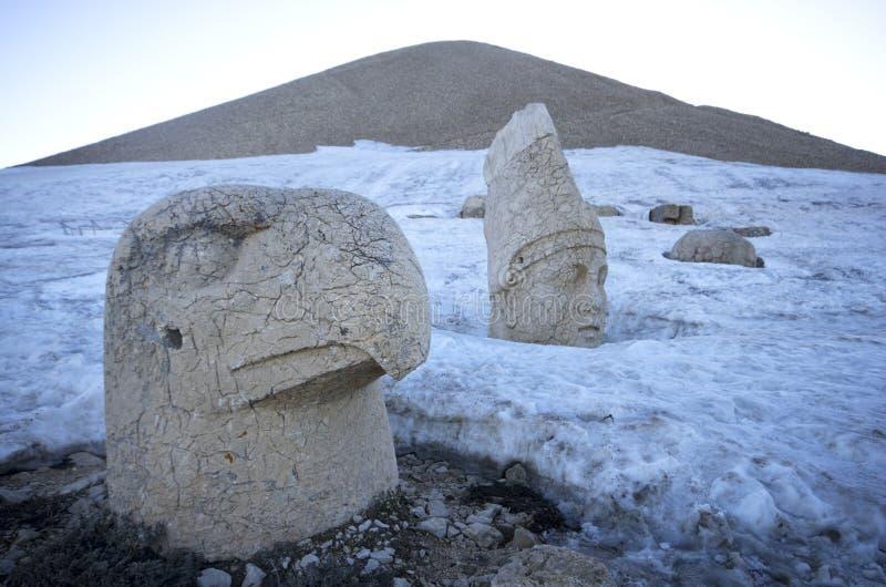 Κλείστε επάνω των καταστροφών Nemrut βουνών στο χιόνι στοκ εικόνες