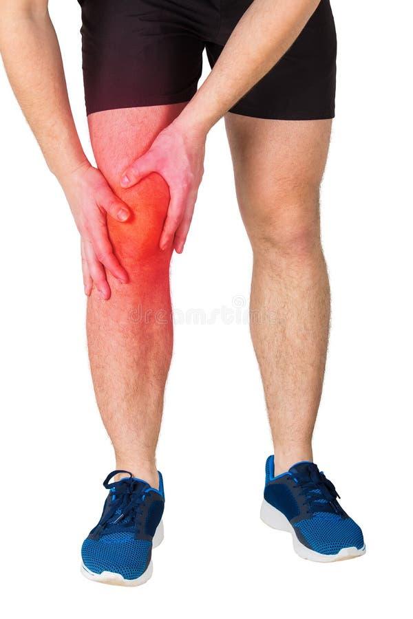 Κλείστε επάνω των καυκάσιων αθλητικών ποδιών ατόμων αισθαμένος τον πόνο γονάτων από την άσκηση που απομονώνεται πέρα από το άσπρο στοκ εικόνες