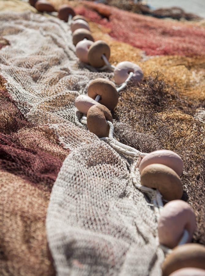 Κλείστε επάνω των καφετιών επιπλεόντων σωμάτων στα δίχτυα του ψαρέματος στοκ εικόνες