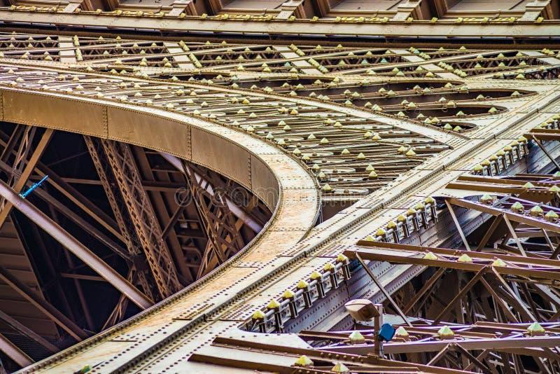 Κλείστε επάνω των κορδελλών τόξων και μετάλλων του πύργου Eifel στοκ φωτογραφία με δικαίωμα ελεύθερης χρήσης