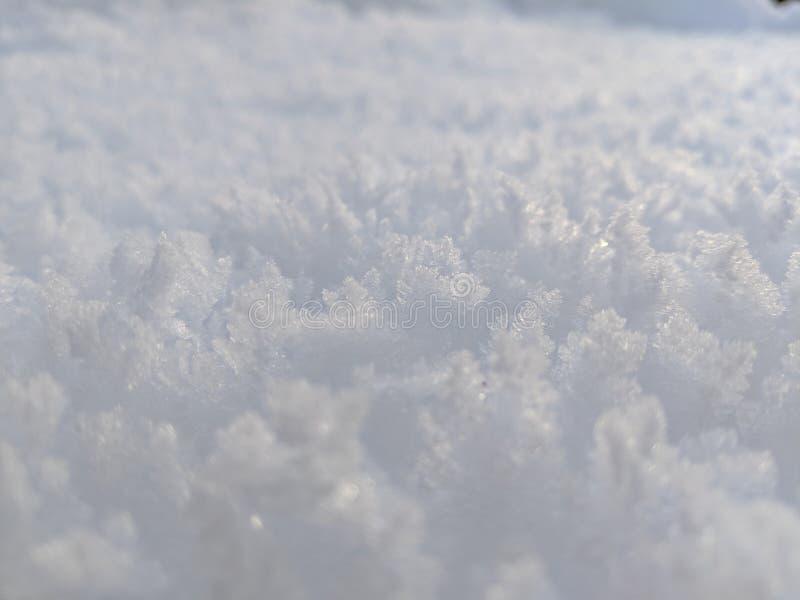 Κλείστε επάνω των κρυστάλλων πάγου φωτός και των σκιών χιονιού του φωτεινού και άσπρου στοκ εικόνα