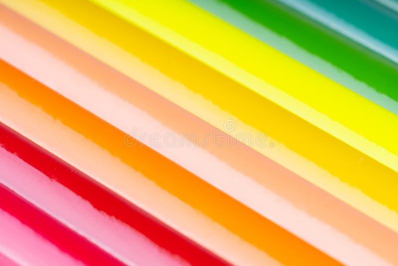 κλείστε επάνω των μολυβιών χρώματος στο άσπρο υπόβαθρο στοκ εικόνα