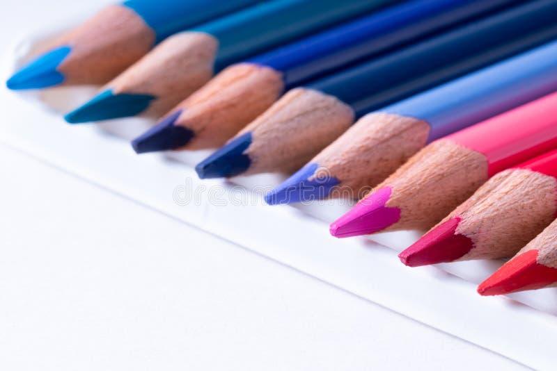 κλείστε επάνω των μολυβιών χρώματος στο άσπρο υπόβαθρο στοκ φωτογραφίες