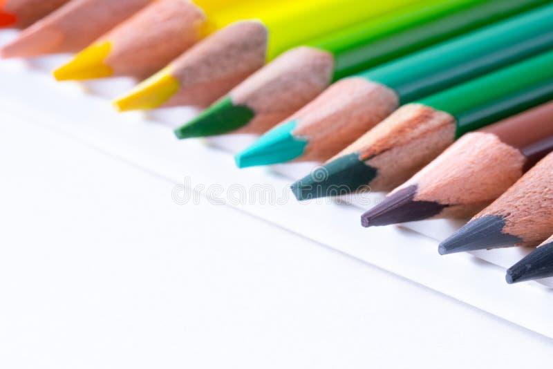 κλείστε επάνω των μολυβιών χρώματος στο άσπρο υπόβαθρο στοκ φωτογραφία με δικαίωμα ελεύθερης χρήσης