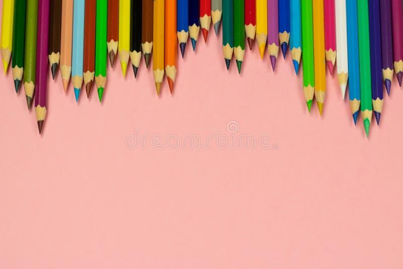 Κλείστε επάνω των μολυβιών χρώματος στο ρόδινο υπόβαθρο με το ψαλίδισμα της πορείας στοκ εικόνες με δικαίωμα ελεύθερης χρήσης