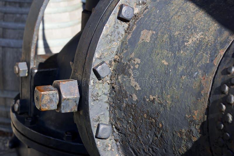 Κλείστε επάνω των μπουλονιών μετάλλων σε έναν διαβρωμένο σωλήνα μετάλλων στοκ εικόνες