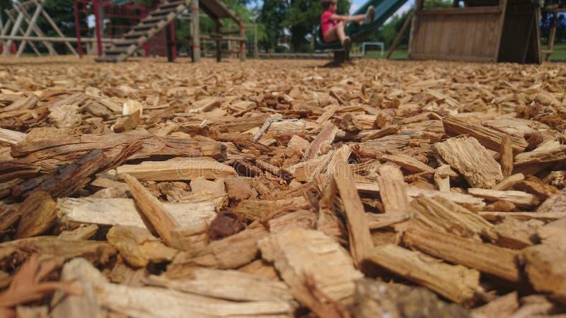 Κλείστε επάνω των ξύλινων σμιλεύσεων σε ένα πάτωμα παιδικών χαρών στοκ εικόνα με δικαίωμα ελεύθερης χρήσης