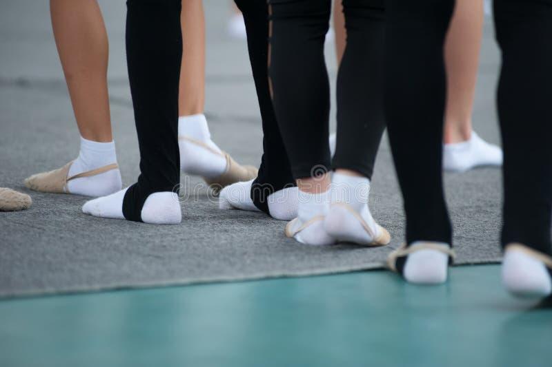 Κλείστε επάνω των ποδιών νέος gymnast στη λέσχη γυμναστικής στοκ εικόνες με δικαίωμα ελεύθερης χρήσης