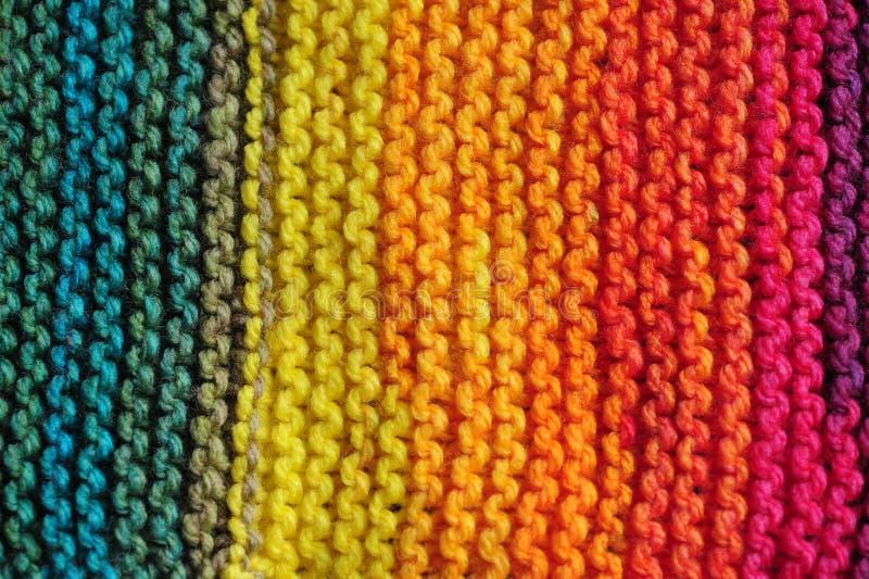 Κλείστε επάνω των σειρών των άνευ ραφής πλεκτών σχεδίων στα ζωηρά μικτά ουράνιο τόξο χρώματα στοκ εικόνες