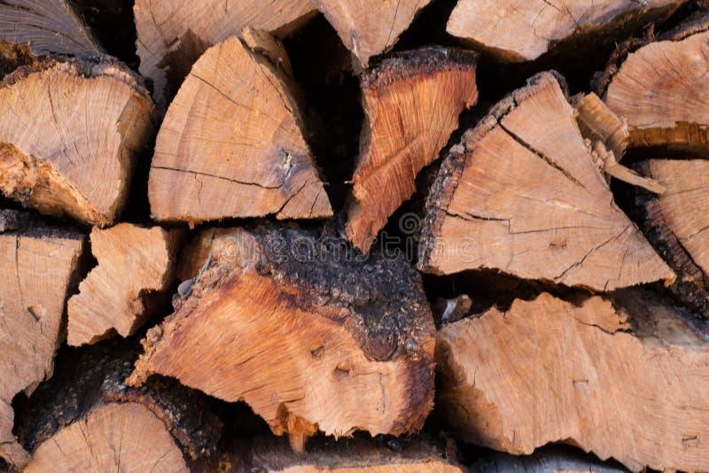 Κλείστε επάνω των τεμαχισμένων ξύλινων κούτσουρων για τη σύσταση υποβάθρου καυσόξυλου στοκ φωτογραφία