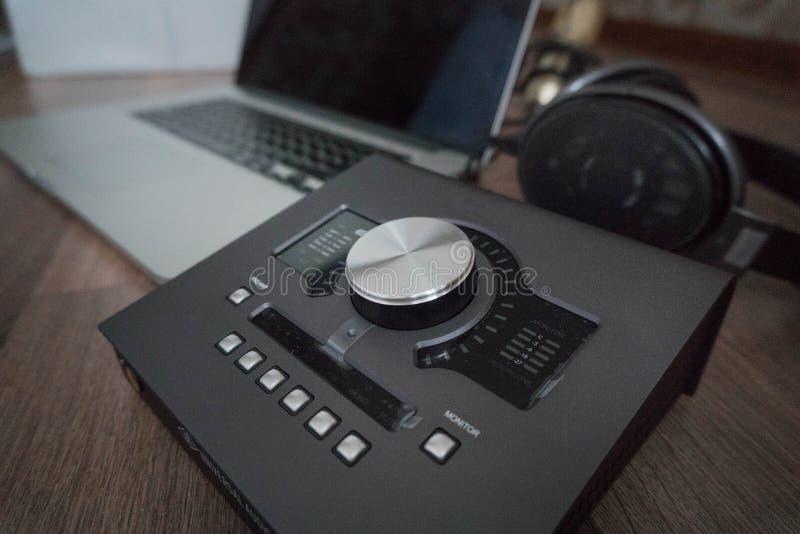Κλείστε επάνω των υγιών εργαλείων σχεδιαστών στο σκοτεινό ξύλινο πίνακα: lap-top, υγιής κάρτα, ακουστικά Υγιή εργαλεία εφαρμοσμέν στοκ εικόνες