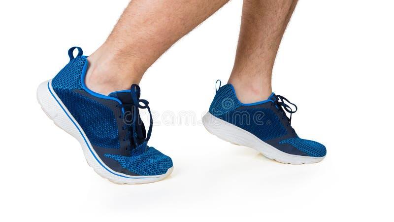 Κλείστε επάνω των φίλαθλων ποδιών νεαρών άνδρων που τρέχουν υπαίθριο που απομονώνεται πέρα από το άσπρο υπόβαθρο Jogging δραστηρι στοκ φωτογραφία με δικαίωμα ελεύθερης χρήσης