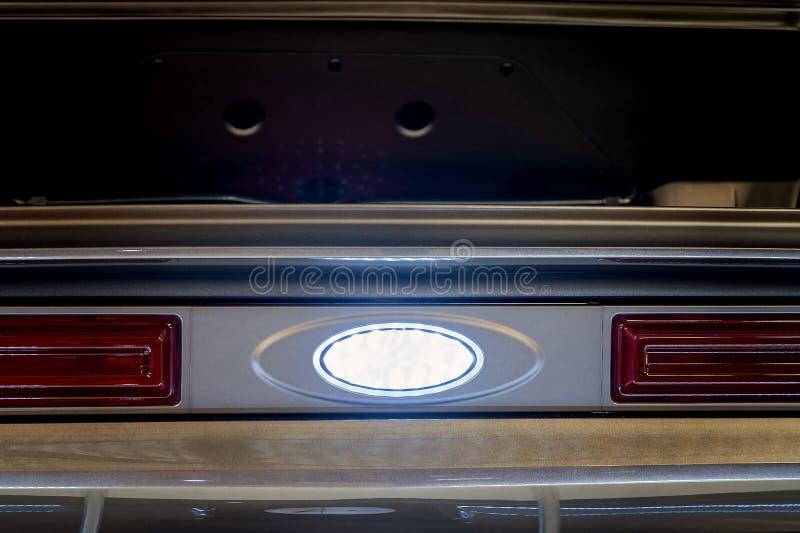 Κλείστε επάνω των φω'των ουρών του μεταλλικού χρωματισμένου κλασικού αυτοκινήτου στοκ εικόνες με δικαίωμα ελεύθερης χρήσης