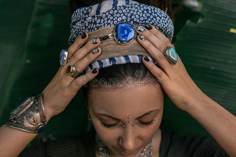 Κλείστε επάνω των χεριών γυναικών με τα δαχτυλίδια πετρών πολύτιμων λίθων boho στοκ εικόνα με δικαίωμα ελεύθερης χρήσης