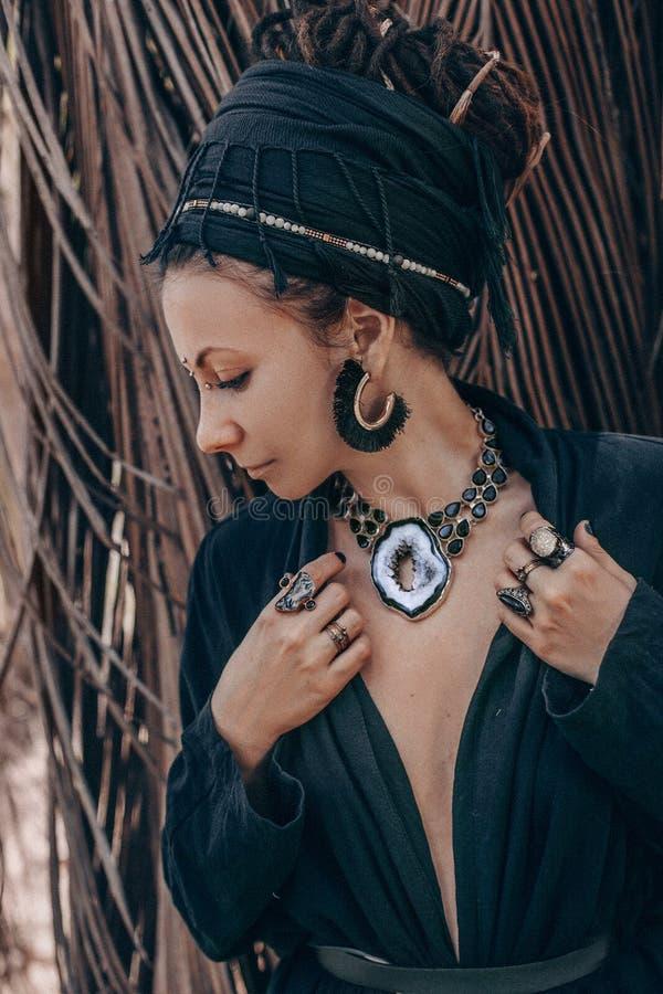 Κλείστε επάνω των χεριών γυναικών με τα δαχτυλίδια πετρών πολύτιμων λίθων boho στοκ φωτογραφία