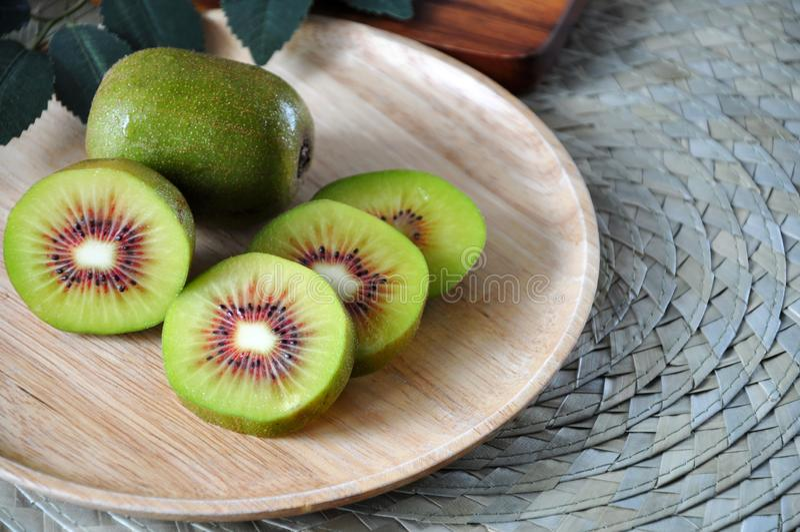 Κλείστε επάνω φρέσκο κόκκινο Kiwifruit στο πιάτο στοκ εικόνα με δικαίωμα ελεύθερης χρήσης