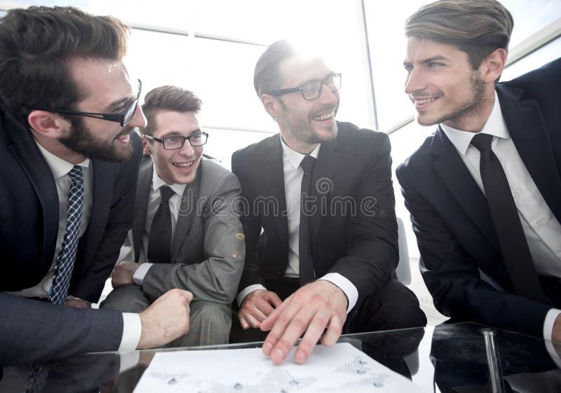 κλείστε επάνω χαμογελώντας επιχειρησιακή ομάδα που συζητά το οικονομικό σχέδιο στοκ φωτογραφία με δικαίωμα ελεύθερης χρήσης