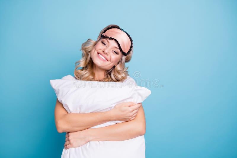 Κλείστε επάνω όμορφο φοβιτσιάρη φωτογραφιών αυτή αυτή γυναικείων άσπρη δοντιών χεριών όπλων παλαμών λαβής αγκαλιάς μεγάλη μεγάλη  στοκ φωτογραφία με δικαίωμα ελεύθερης χρήσης