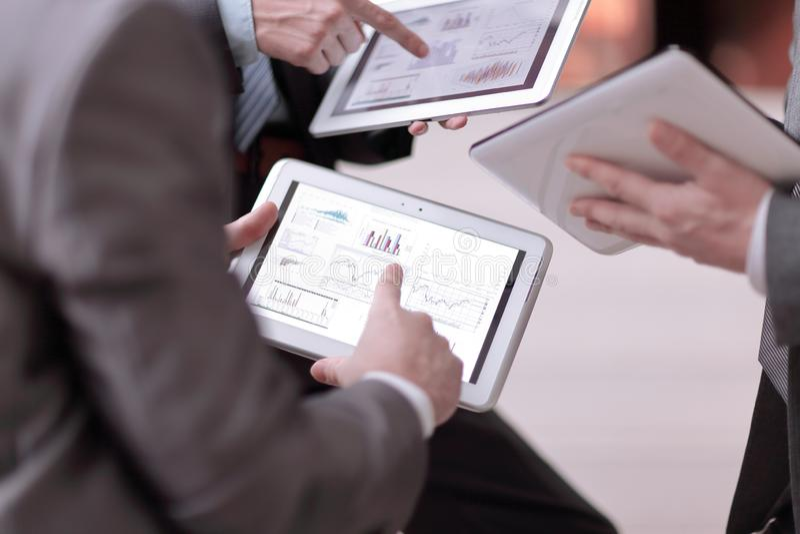 κλείστε επάνω businessmens συζητήστε το πρόγραμμα των πωλήσεων μέσω της ετικέττας στοκ εικόνα με δικαίωμα ελεύθερης χρήσης