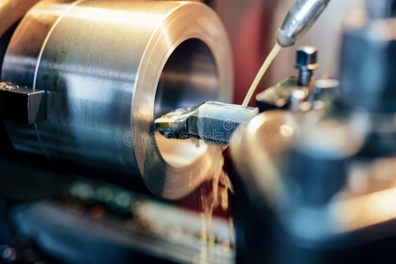 Κλείστε επάνω CNC τη διαδικασία εργασίας μηχανών άλεσης στη βιομηχανία μετάλλων στοκ φωτογραφία με δικαίωμα ελεύθερης χρήσης