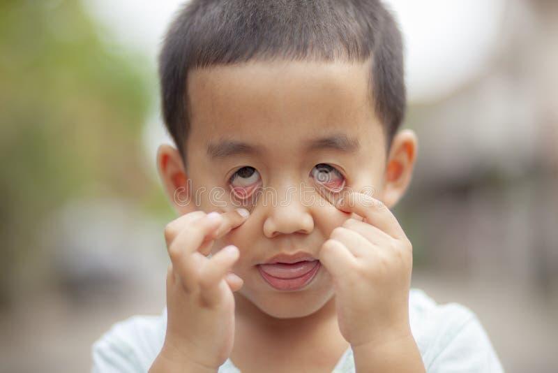 Κλείστε επάνω headshot τα παιδιά που κάνουν το φάντασμα το τρομακτικό πρόσωπο στοκ εικόνα με δικαίωμα ελεύθερης χρήσης