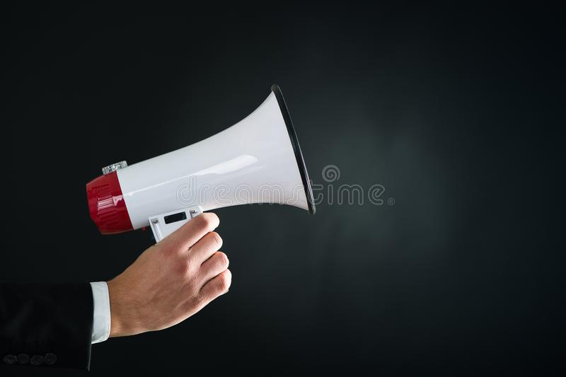 Κλείστε επάνω megaphone εκμετάλλευσης χεριών businessmans στοκ φωτογραφία με δικαίωμα ελεύθερης χρήσης