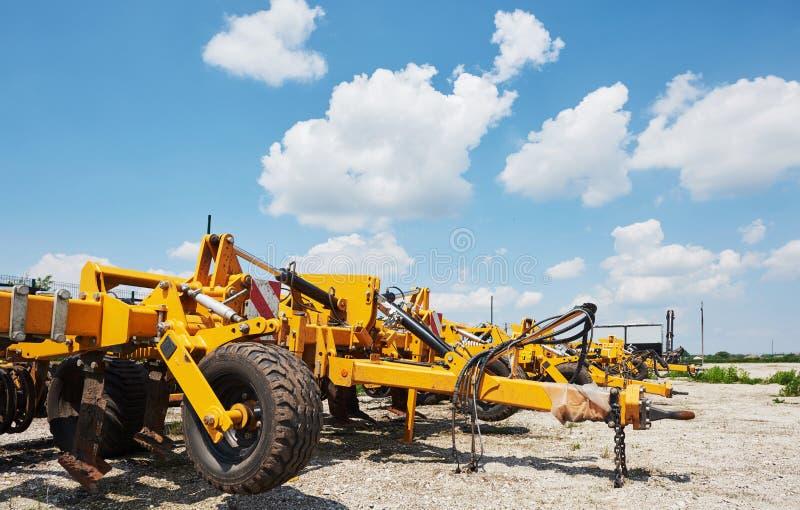 Κλείστε επάνω seeder που συνδέεται με το τρακτέρ στον τομέα Γεωργικά μηχανήματα για τη σπορά εργασιών άνοιξη στοκ φωτογραφίες