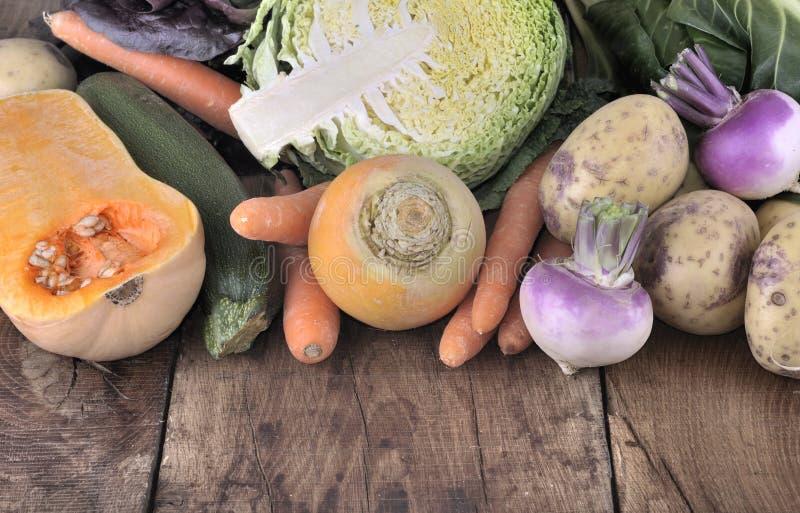 Κλείστε στα λαχανικά σε μια σανίδα στοκ εικόνες με δικαίωμα ελεύθερης χρήσης