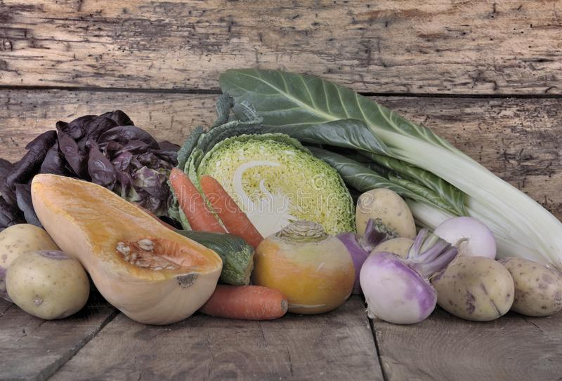 Κλείστε στα λαχανικά σε μια σανίδα στοκ εικόνες