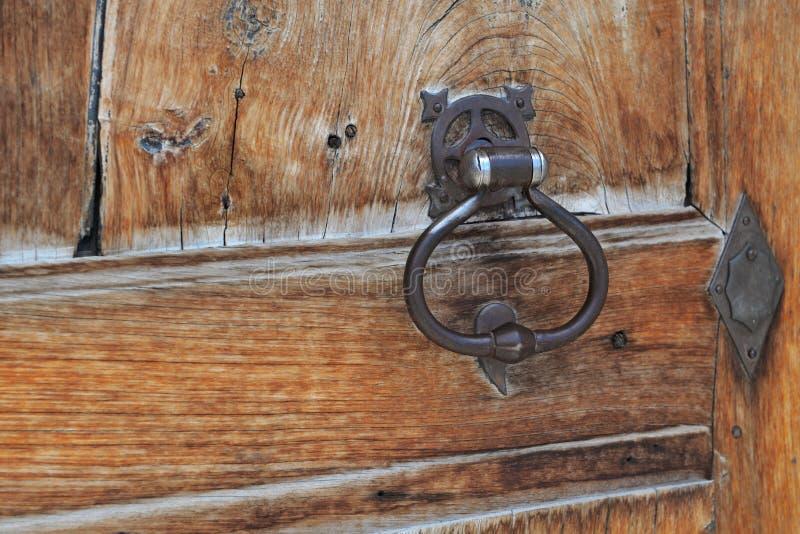 Κλείστε στον κτύπο μετάλλων σε μια παλαιά ξύλινη πόρτα στοκ φωτογραφία με δικαίωμα ελεύθερης χρήσης