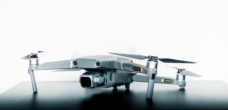 Κλείστε τον επάνω απομονωμένο πυροβολισμό του νέου καταναλωτή Mavic 2 υπέρ κηφήνας από DJI σε ένα φωτεινό άσπρο κλίμα στοκ εικόνες