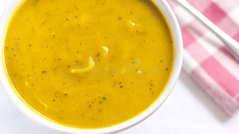 Κλείστε του άσπρου κύπελλου με τη σούπα κολοκύθας cabotia στοκ φωτογραφία με δικαίωμα ελεύθερης χρήσης