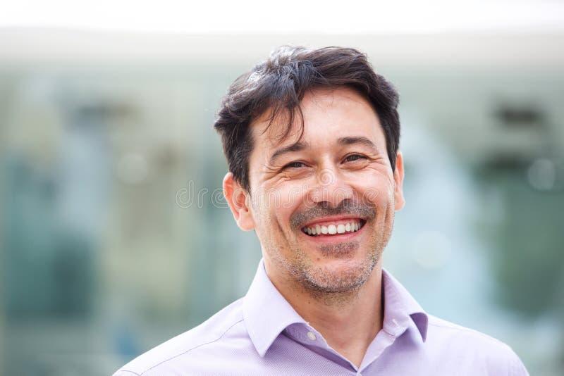 Κλείστε το επάνω χαλαρωμένο ώριμο άτομο που χαμογελά υπαίθρια στοκ φωτογραφία με δικαίωμα ελεύθερης χρήσης
