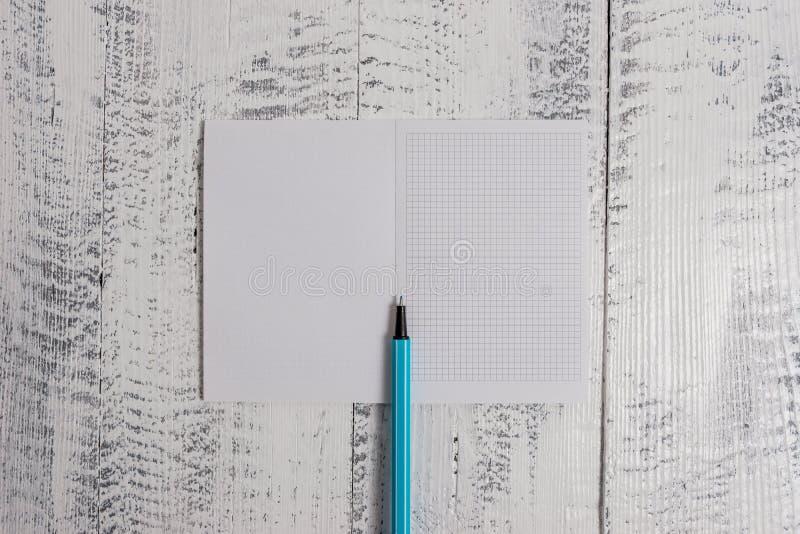 Κλείστε το ευθύ τακτοποιημένο άποψη ανοικτό ξύλινο αναδρομικό εκλεκτής ποιότητας αγροτικό παλαιό υπόβαθρο δεικτών σημειωματάριων  στοκ εικόνα με δικαίωμα ελεύθερης χρήσης