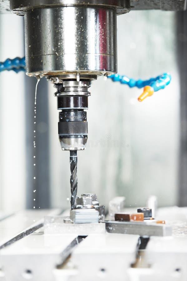 κλείστε το τρυπάνι επεξεργαμένος τη διαδικασία μετάλλων στη μηχανή επάνω στοκ εικόνες με δικαίωμα ελεύθερης χρήσης