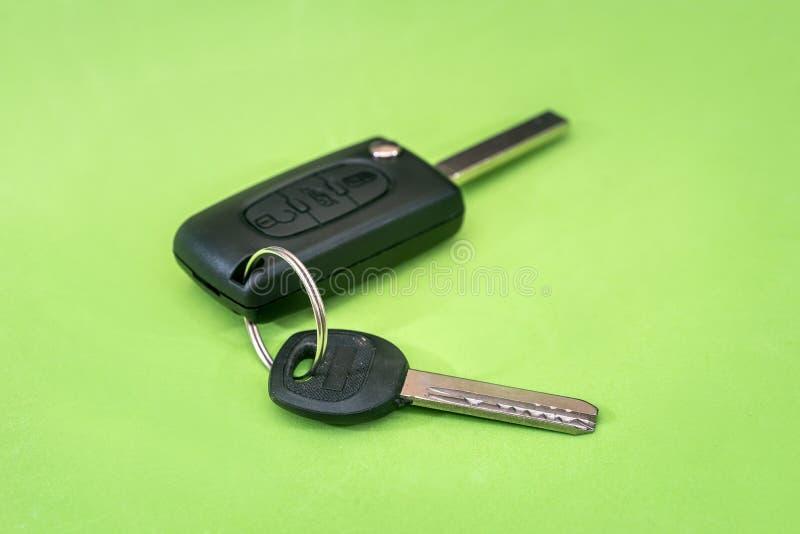 Κλειδί αυτοκινήτων που απομονώνεται σε πράσινο στοκ εικόνες