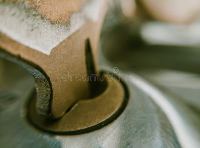 Κλειδί κινηματογραφήσεων σε πρώτο πλάνο στη μακροεντολή κλειδαριών ασφάλειας στοκ εικόνες