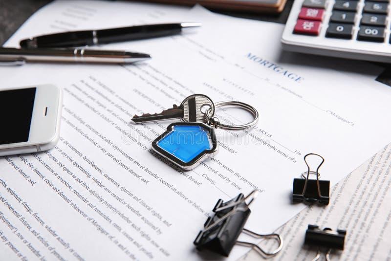 Κλειδί με το κόσμημα μικρής αξίας στη σύμβαση υποθηκών στοκ φωτογραφία με δικαίωμα ελεύθερης χρήσης